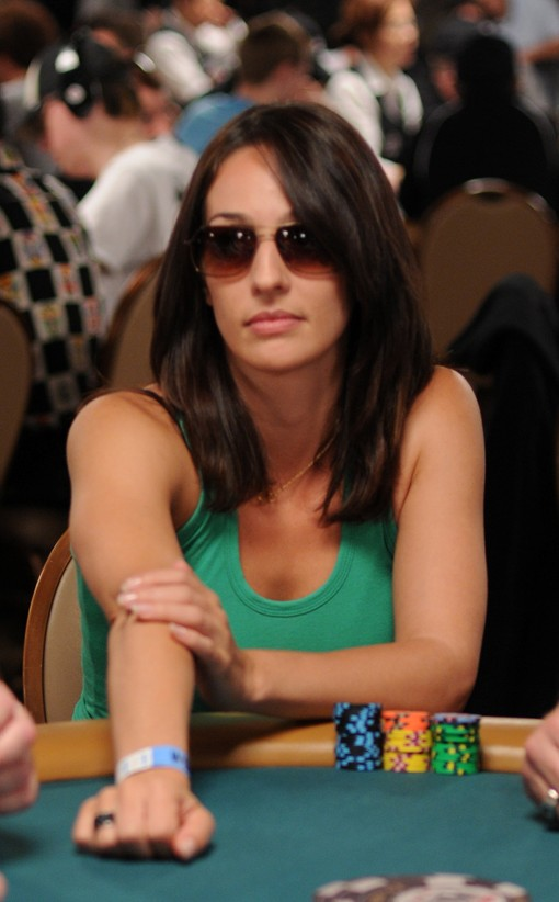 Kara Scott was among the many red-coat lovers who played WSOP Day 1B. She ended play stacked at 21,925.